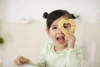 ママの手作りクッキーを食べる女の子