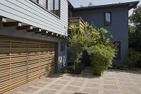 木製シャッターのガレージと住宅