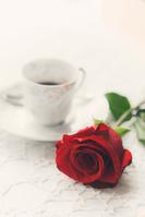 赤いバラとティーカップ