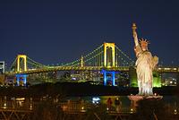 東京都 お台場 レインボーブリッジの夜景と自由の女神像