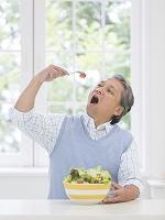 トマトを食べる中高年日本人男性