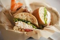 モッツァレラとトマトとレタスのサンドイッチ