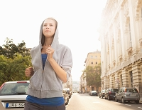 ジョギングをする外国人女性