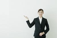 スーツ姿のビジネスウーマン
