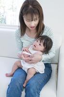 赤ちゃんの熱を測る母親