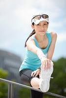 手すりに足を乗せてストレッチする日本人女性