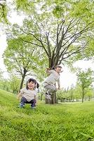公園で遊ぶ姉妹