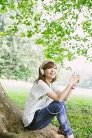 音楽を聴く日本人女性