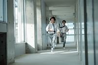 廊下で走っている男子高校生