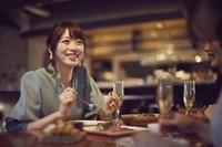 女子会で話をする日本人女性