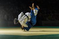 技を決める女子柔道選手