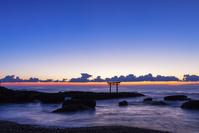 茨城県 大洗海岸 神磯の鳥居の夜明け