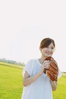 キャッチボールをしている女性