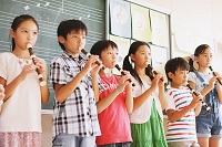ソプラノリコーダーを吹く小学生達