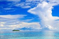 ミクロネシア 夏雲広がる空と海とジープ島