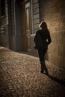 石畳を歩く女性の後姿