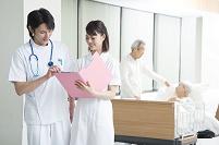入院シニア患者と医者と看護師