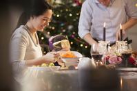 クリスマスパーティーを楽しむ家族