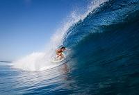 フィジー サーフィンをする外国人女性