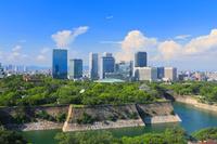 大阪府 大阪城公園と大阪ビジネスパークの高層ビル群