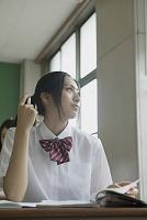 教室で勉強する高校生