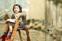 脚立に座る日本人の女の子