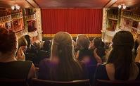 劇場で拍手する観客