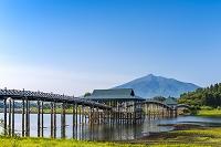 青森県 鶴の舞橋と岩木山
