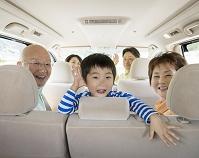 車に乗る日本人の三世代家族