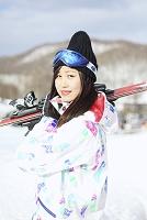 スキーを担ぐ女性