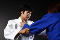 乱取りをする日本人の女子柔道選手