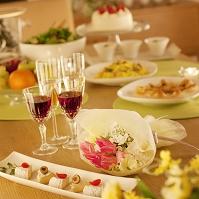 テーブルの上に並ぶパーティー料理とブーケ