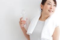スポーツウェアを着て水を持っている日本人女性