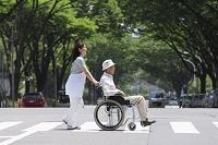横断歩道を渡るシニアと介護士
