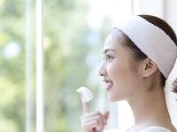 洗顔の泡を指につける日本人女性