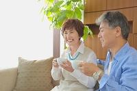 お茶を飲む日本人シニア夫婦