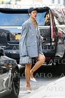 リアーナ、ジュンヤ・ワタナベのピンストライプブレザーを着て街を闊歩!