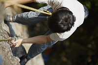 リードクライミングをする日本人男性