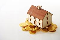 家の模型と硬貨