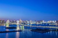 東京都 レインボーブリッジと東京タワーの夕景