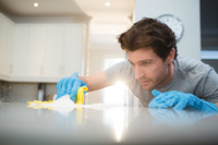 キッチン掃除をする外国人男性