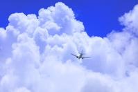 沖縄県 那覇空港を飛び立つ航空機