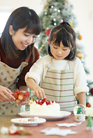 ケーキ作りをする親子