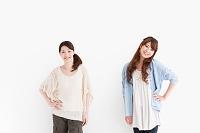 腰に手をあてる日本人女性