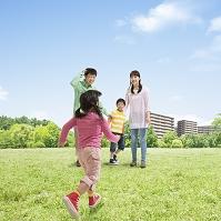 住宅街の公園で遊ぶ日本人家族