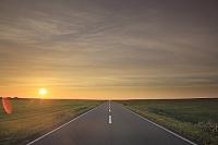 北海道 直線道路と地平線の日の入り