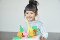 紙工作を楽しむ日本人の女の子
