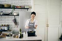 料理をする40代日本人女性