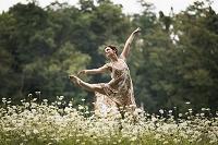 野原で踊る外国人女性