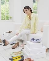 靴を履いて眺める日本人女性